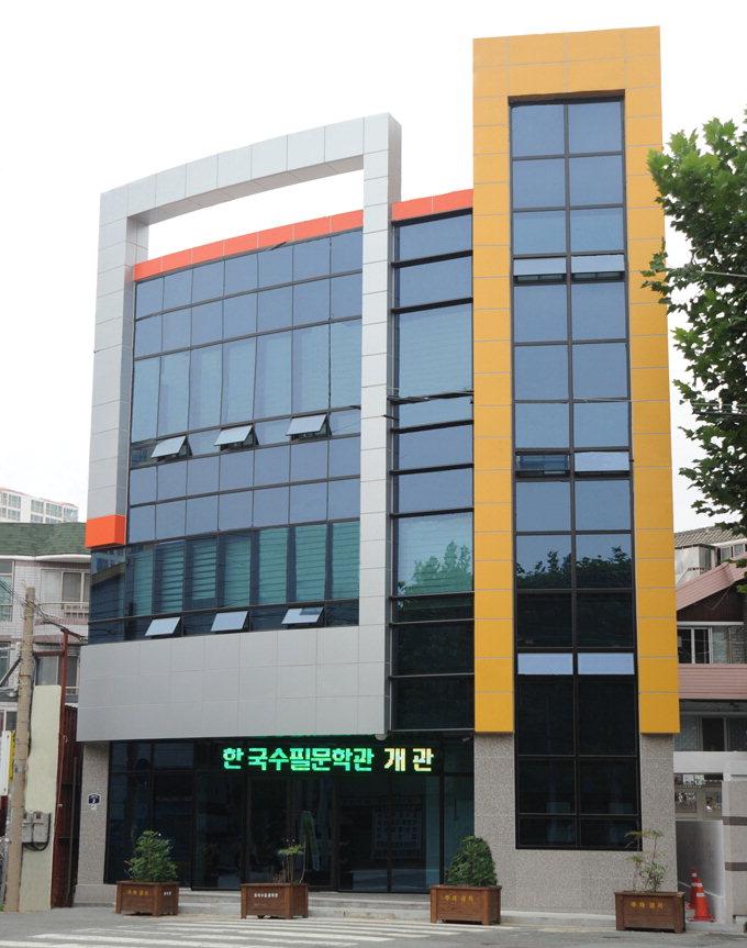 文鄕의 긍지 담은 대구문학관·향촌문화관…전국에 하나뿐인 '한국수필문학관'도