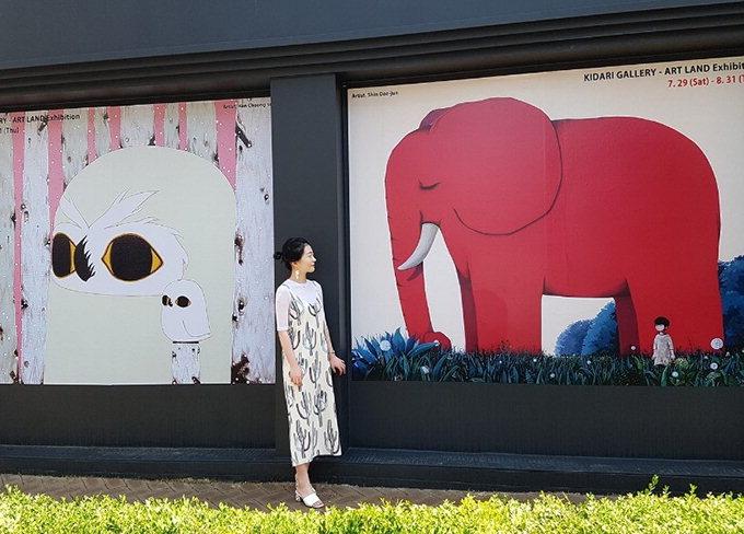 빨간코끼리와 부엉이 가족, 동양화적 느낌 나는 서양화
