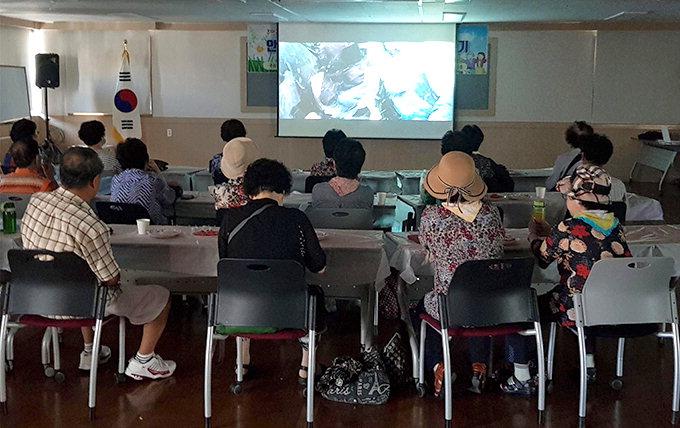 동구 안심3·4동 사회보장협의체, 어르신과 영화감상