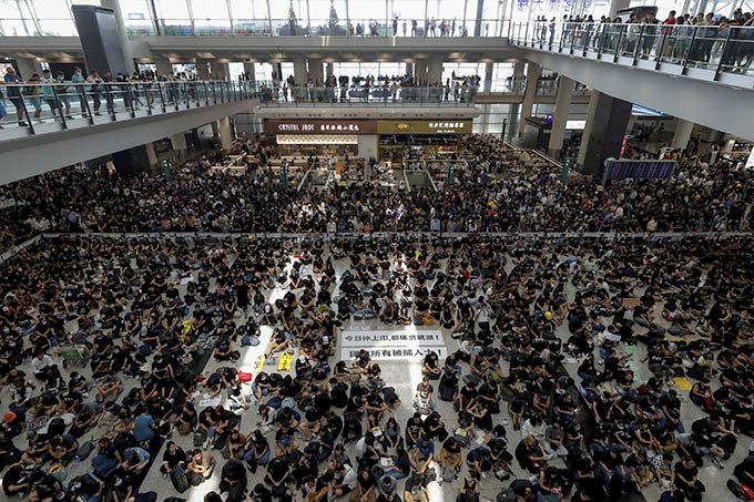 홍콩시위대 또다시 공항 점거 항공편 모두 취소