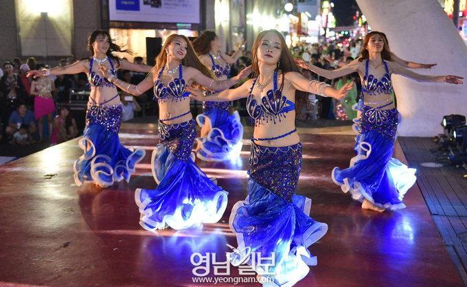 벨리댄서들의 '열정 버스킹'