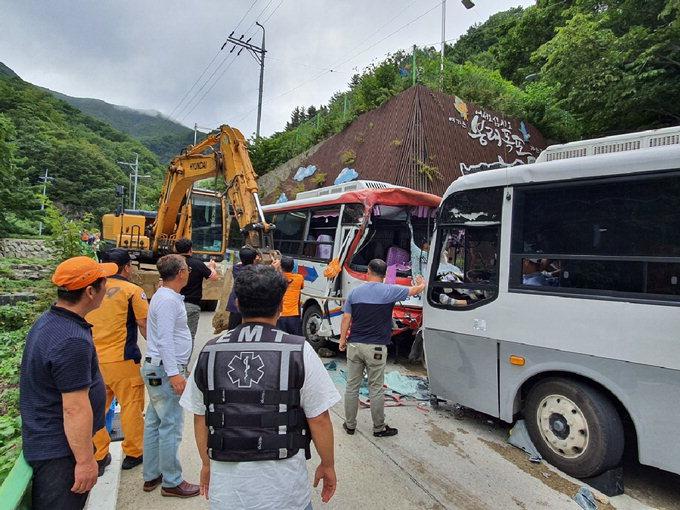 울릉도서 관광버스 2대 정면충돌…37명 중경상