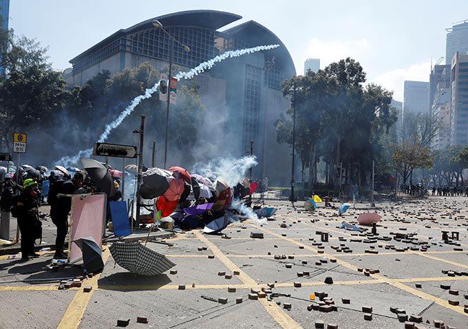 홍콩 거리청소 나선 중국군…악화시 軍투입 암시