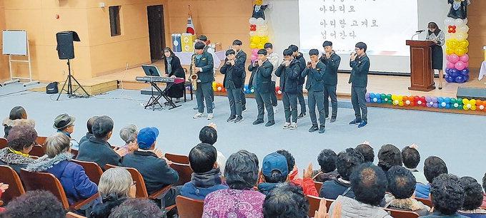 안동 경안중 재능기부공연단, 노인대학 종강식서 공연
