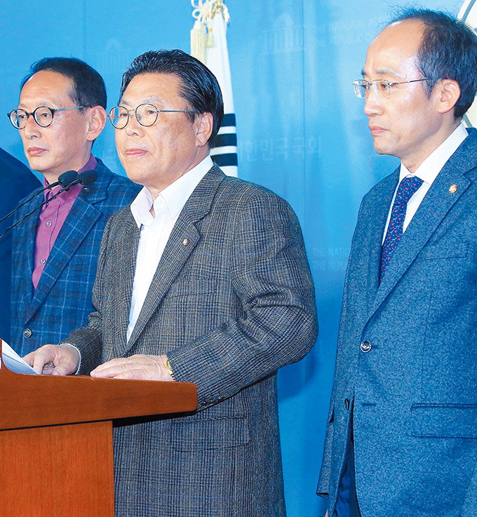 한국당 당직자 35명 일괄사퇴…황교안 인적쇄신에 힘실어줘
