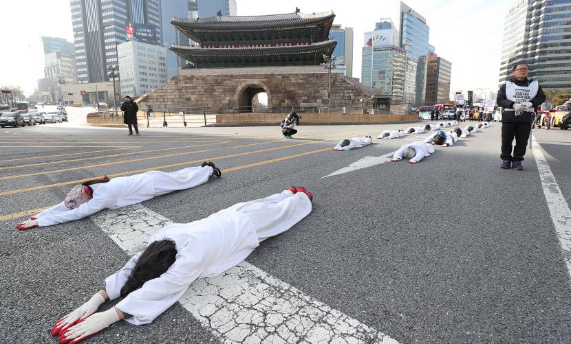 `문중원 기수 죽음 진상 밝혀라` 오체투지 행진
