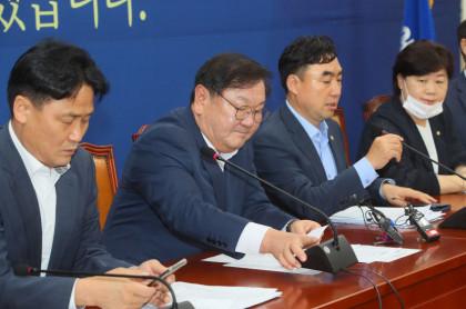 ``민주 33.4%, 통합 36.5%…탄핵 이후 지지율 첫 역전``