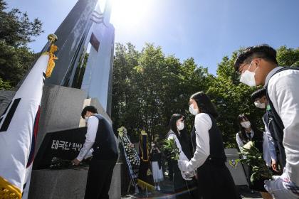 제79주년 태극단 학생독립운동 추념식, 헌화하는 학생들