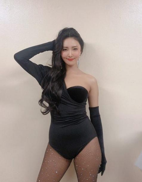 `압도적 포스` 뽐낸 마마무 화사, 수영복 패션 SNS `이목`