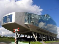 로베르토 마이어와 예뢴 판 스코텐이 디자인한 ING 본사 건물.3