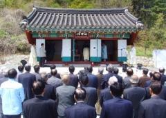 1일 청도김씨 시조를 모신 성황사에서 열린 복원고유제에 참가한 청도김씨 후손들이 제를 올리고 있다.