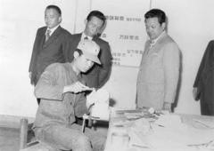 지방고등학교를 순시하며 과학기술교육현황을 살피는 박 전 대통령.5