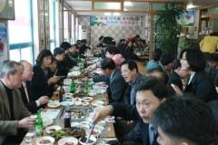 의성군 봉양면 의성마늘소먹거리타운의 한 식당에서 열린 의성마늘소 홍보시식회에서 지역 기관·단체장들이 환담을 나누고 있다.