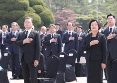 문재인 대통령, 6·25 참전용사와 함께 현충일 추념식 참석