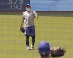 류현진, 마스크 쓰고 캐치볼 훈련…개막전 준비 돌입
