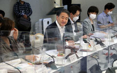 [포토뉴스] 비말 차단 투명 칸막이 속 회의