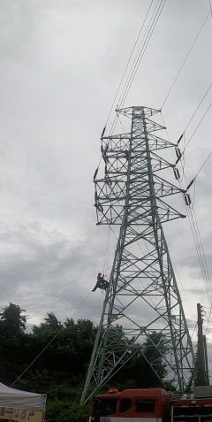 안동서 40m 높이 송전탑서 감전사고 40대 근로자 구조