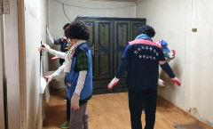 한국자유총연맹 봉화군지회, 독거노인가구 집수리 봉사에 구슬땀