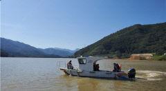 청도 운문댐 수몰지역 이주민, 수몰 전 고향마을 회상하며 선박 타고 가는 성묫길…