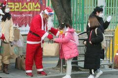 [동네뉴스] 등교시간  대구 학산초등엔 그날 '산타가 나타났다'