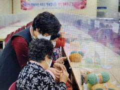 [동네뉴스] 사랑 한땀 뜨개 봉사단..60~70대 회원 50여명이 뜨게질 배워 3천600여개 수세미 기부