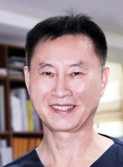 안동성소병원 김용주 박사, 세계 최초 담낭과 담관·신장에 박힌 돌 분쇄해 꺼내는 시술 성공