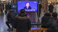 [포토뉴스] 동대구역, 문 대통령 기자회견 지켜보는 시민들