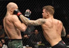 UFC의 '악동' 맥그리거, 포이리에에 충격의 TKO 패