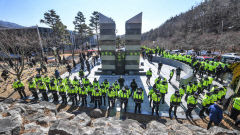 [포토뉴스] 경찰들로 둘러싸인 대구시민안전테마파크 추모탑