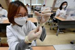 [포토뉴스] 코로나19 백신 접종 실습하는 간호사