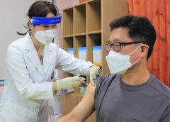 경주 AZ 백신 첫 접종자는 요양원 원장 부부