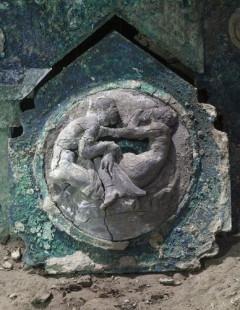 폼페이서 2천년 전 마차 발굴…에로틱한 조각 장식 생생