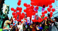 [미얀마의 봄은 올 것인가]〈하〉 60년 군부통치에 저항하는 시민들...'미얀마 민주화' 염원 담은 빨간 풍선 하늘로 날리다
