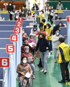 [포토뉴스] 대구 북구 코로나19 예방접종센터 운영, 접종 대기하는 시민들