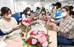 [포토뉴스] 어버이날 앞두고 꽃바구니 만드는 결혼이주여성들