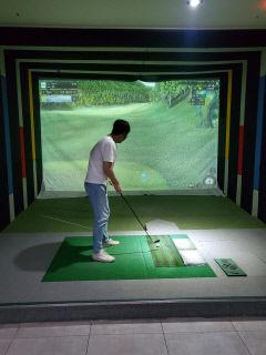 골프에 빠진 2030 MZ세대...스크린골프장 웃고 골프연습장 운다