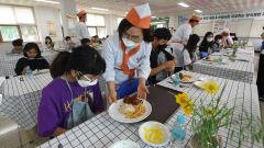 [포토뉴스] 코로나블루 극복...급식실에서 양식 서빙받는 초등학생