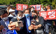 [포토뉴스]홍준표 박정희대통령생가에서 지지자들과 함께