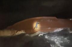 [속보] 독도 북동쪽 168km 해상 전복  어선 외국인 선원 2명 구조