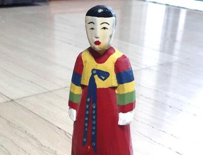 [이경숙의 실과 바늘 이야기] 색동옷 입은 목각인형과 전쟁고아의 아픈 역사