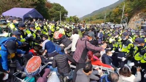 국방부, 경북 성주 사드기지에 공사 장비 추가 반입