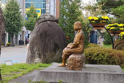 안동 평화의 소녀상 옆  1.5m 높이의 삿갓 바위 `남근석` 논란
